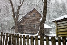 The Little Hermitage Winter Cabin, Cozy Cabin, Winter House, Henna Designs, Log Cabin Christmas, Christmas Houses, Christmas Lights, Log Cabin Exterior, Ghost House