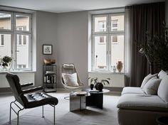 I ett av de mysiga kvarteren vid Kronhusbodarna finner vi denna stora och trivsamma hörntvåa med härligt ljusinsläpp från fönster i sydost, söder och sydväst. Från köket och ett av vardagsrumsfönstren har man utsikt mot Ostindiska huset, ett av Göteborgs allra äldsta hus. De djupa fönsternischerna ger lägenheten karaktär, och den generösa takhöjden skapar en … Continued