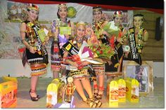 Rachel flanked by winners of the Bitanding Dayung Gawea Tematu 2015 including Betcy (third right) and Claudia (second left).