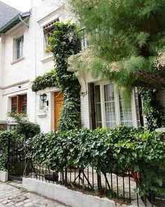 #plant_problem in #montmartre 🌿🌿🌿 I wish you a nice day/morning/afternoon/evening 😊 . . #seemycity #citylife #city_explore #cityscape #gardensofinstagram #gardens #parisjetaime #parismaville #parismonamour #hello_france #super_france #neverstopexploring #exklusive_shots #villaleandre #visualsoflife #guardiancities #theprettycities #cntraveler #huffpostgram #huntgram #justgoshoot #parigi #wanderlust #vscocam #inspiremyinstagram #flowergram