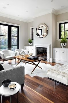 sala de tv com parede cinza