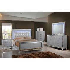 New Heritage Design Valentino 4 Piece Queen Bedroom Set in Silver 5 Piece Bedroom Set, Wood Bedroom Sets, King Bedroom Sets, Bedroom Furniture Sets, Home Decor Bedroom, Home Furniture, Kitchen Furniture, Queen Bedroom, Bedroom Ideas