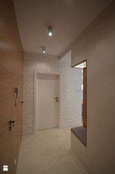 Biała cegła w holu - zdjęcie od BJM Bricks - Hol / Przedpokój - Styl Nowoczesny - BJM Bricks Bathroom Lighting, Bathtub, Mirror, Furniture, Home Decor, Wood Interior Doors, Living Room, Bathroom Light Fittings, Standing Bath