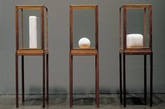 James Lee Byars - The Figure of Question Sculpture Stand, Sculpture Painting, Modern Sculpture, Abstract Sculpture, Visual Merchandising Displays, Museum Displays, Exhibition Display, Display Shelves, Display Cases
