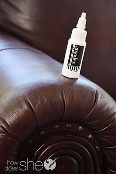 to remove ink from a leather sofa. just in case I ever need this info.hmmmm, wondering if this will work on my leather purse :) Deep Cleaning Tips, Cleaning Solutions, Cleaning Hacks, Clean Baking Pans, Professional Cleaning, Clean House, Housekeeping, Good To Know, Just In Case