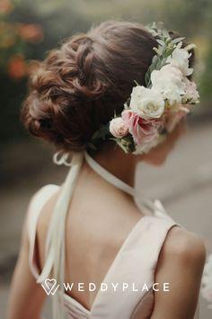 Für die richtige Wahl Eurer Brautfrisur solltet Ihr Euch natürlich nach Eurem Look, bzw. Eurem Hochzeitsmotto richten. Ihr solltet ein paar Tage vorher unbedingt schon mal proben, wie Eure Haare am großen Tag aussehen sollen. Vereinbart dafür einfach einen Termin beim Friseur und macht einen Probedurchlauf. #WeddyPlace #Brautfrisur #Weddinghair #Frisuren #Hochzeitsfrisur Elegant Wedding Hair, Wedding Hair Inspiration, Wedding Hairstyles, Hair Makeup, Floral Wreath, Stock Photos, Bride, People, Pink