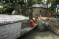Em Bangladesh, durante a monção, milhares de escolas fecham, e muitas crianças faltam dias na escola. Em 2007, cerca de 1,5 milhão de estudantes, ou 10% dos inscritos na escola primária, foram afetados por inundações. São estudantes rurais que têm dificuldade em chegar à escola mesmo em circunstâncias normais. Os barcos servem como ônibus escolares, coletando crianças de paradas ribeirinhas. Depois eles ancoram e as aulas começam.  Fotografia: Abir Abdullah/Shidhulai Swanirvar Sangstha.