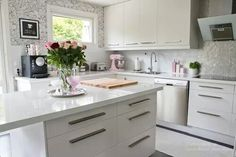 white glossy kitchen and kitchen island White Glossy Kitchen, White Kitchens, New Kitchen Inspiration, Kitchen Ideas, Kitchen Dining, Kitchen Cabinets, Kitchen Island, Dining Room, Kitchenaid