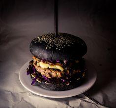 Black Burger C'est dans un restaurant à Bangkok que j'ai découvert le black… Burger Menu, Burger Bar, Burger Recipes, Food Design, Crazy Burger, Black Burger, Food Porn, Modern Food, Black Food