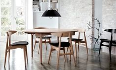 Today we present you some decor ideas to get an Industrial Dining Room Design. See our amazing gallery and be inspired for your interior design projects! Retro Dining Rooms, Classic Dining Room, Modern Dining Chairs, Upholstered Dining Chairs, Dining Room Design, Interior Design Kitchen, Dining Table, Lamp Table, Kitchen Chairs