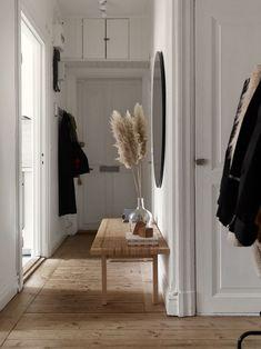 Home Våra Hem Historiska hem House Hallway ideas hem Historiska Home Våra Home Design, Home Interior Design, Interior Decorating, Hallway Decorating, Danish Interior, Simple Interior, Contemporary Interior, Decorating Ideas, Design Ideas