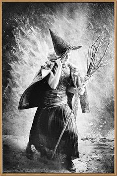 Halloween Costume Pictures: Spooky Styles a Century Ago Retro Halloween, Halloween Fotos, Vintage Halloween Photos, Halloween Pictures, Vintage Witch Photos, Happy Halloween, Halloween Witches, Halloween Costumes, Halloween Clothes