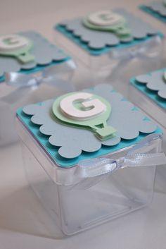 Caixa de acrílico personalizado com papel de scrapbook.    Coloco a inicial da criança e fita de cetim azul.    Quantidade mínima de 12 peças para esse produto. R$ 5,00