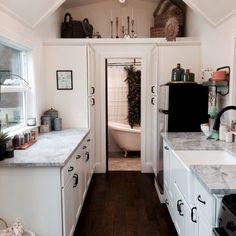 1. La cuisine laboratoire ne manque vraiment de rien. Des portes coulissantes s'ouvrent une la salle de bain.