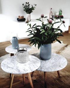 Tisch Upgrade! Verwandelt schlichte Beistelltische in absolute It-pieces: Einfach eine Klebefolie in Marmor Optik kaufen und die Tischplatte damit bekleben. Schon habt ihr ein Upcycling das sich sehen lässt! // Tisch Nachttisch Couchtisch Marmor @by__c
