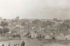 """""""Barrio sin permiso"""", era un poblado de casas """"espontáneas"""" que levantaron emigrantes sobre todo andaluces y extremeños junto al Arroyo Abroñigal. Al fondo se ve el """"Rascacielos"""" del Barrio de la Concepción en Construcción. """"Barrio de la Bomba"""" (1956)"""