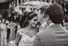 """Pai beija a noiva na entrada do casamento.  O casamento da Vanessa e do Rafael foi lindíssimo, todo, todo, todo lindo. Mas o que mais me chamou a atenção foi o fato dela conseguir fazer um casamento clássico num cenário paradisíaco, uma praia. E eles souberam muito bem como combinar os elementos e criar um clima que atendeu ao clássico sem ser """"pesado"""" e ao mesmo tempo """"fresh"""" sem ser informal demais. Puro bom gosto!  Foto: Alexandre + Cristina Lima"""