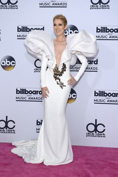 В США состоялось вручении престижной музыкальной премии. Одной из главных звезд вечера стала Селин Дион, надевшая платье с глубоким вырезом.