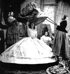 Abroncsszoknya 3. - krinolin. A 19. század első felében a szoknyaméret újra elkezdett növekedni, és hamarosan terjedelmes abroncsszoknyaként, krinolin néven boldogította a hölgyvilágot. És a karikatúra rajzolókat.   A divat szeszélye a panier időszaka után néhány évtizedre lelohasztotta a nagy szoknyákat, de az 1820-30-as évektől ismét duzzadni...