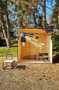 Espacio efímero. The Jointed Cube, estructura diseñada por Filip Janssens. La técnica utilizada de solo el contorno de los cuadrados negro y la madera le da un aspecto original.