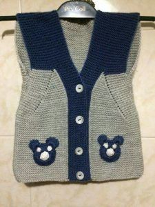 Small men& vest with teddy bear- Kleine Herrenweste mit Teddybär Small men& vest with teddy bear, bear - Baby Boy Knitting Patterns, Knitting Designs, Knitted Coat, Knitted Gloves, Sweater Hat, Baby Pullover, Baby Coat, Baby Sweaters, Blouse Styles