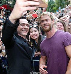 "Tom Hiddleston as ""Loki"" (with Chris Hemsworth) meeting fans during the filming of Thor: Ragnarok in Brisbane, Australia 23.8.2016 From http://tw.weibo.com/torilla/4012098965670342"
