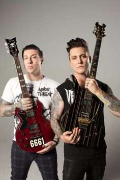 zacky vengeance & synyster gates sesión Guitar World 2013. I don't think I'll ever get used to Synyster and his short hair. I hope he grows it out again.