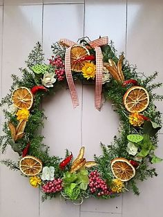キッチンやダイニングにぴったりのリースです。空間が一瞬ににしてお洒落になります。新築祝いやご結婚、母の日、ウェディングボードに最適です。ナチュラルな素材、ドライフルーツ、オレンジ、はす、ハーブ、オレガノ、 スパイス等、ピンクペッパー、タカノツメ、ベイリーフ、ヘリクリサム、ヒムロ杉を使用しております。カラーはナチュラルな落ち着いた雰囲気で制作しております。ほんのりとドライオレンジの香り...