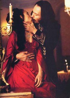 Mina: Oh, sì, amore mio, mi avete trovata. Dracula: Vita mia... Mia preziosa vita. Mina: Ho voluto che questo avvenisse. Ora sì, lo so. Voglio stare con voi, sempre. Dracula: Non sapete quello che state dicendo. Mina: Oh, sì... sì, lo so. Temevo che non avrei mai più sentito le vostre carezze. Pensavo foste morto. Dracula: [porta la mano di Mina sul suo petto] Non c'è vita in questo corpo. Mina: Ma voi vivete. Voi vivete. Che cosa siete voi? Io devo sapere. Dovete dirmelo. Dracula: Io... io…