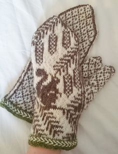 Ravelry: Ekorrvantar /squirrel mittens pattern by Anita Viksten Crochet Mittens, Mittens Pattern, Fingerless Mittens, Cute Crochet, Knitted Hats, Knit Crochet, Crochet Granny, Loom Knitting Patterns, Easy Knitting
