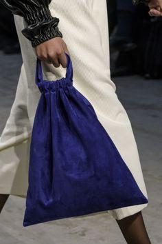 Sew Bag Lucio Vanotti at Milan Fall 2018 (Details) - Lucio Vanotti at Milan Fashion Week Fall 2018 - Details Runway Photos Diy Fashion, Fashion Bags, Fashion Show, Fashion Design, White Fashion, Autumn Fashion 2018, Creation Couture, Denim Bag, Fabric Bags