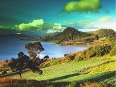 No se pierda el paisaje de las cinco islas de el lago: San Pedro, Cerro Chico, Santa Helena, Santo Domingo y La Custodia. Las montañas que rodean el lago están vestidas de los colores rojo, amarillo y verde, E   aa los sembrados de papa y cebolla  de que aquí se encuentran. Este es un lugar perfecto para camping, ya que se encuentra toda la tranquilidad y unos paisajes hermosos.  Web:http://evpo.st/1GAODTb Whatsapp:3112333478
