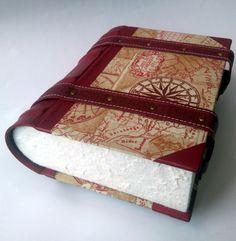 Krabička je vyrobena z lepenky, potažená kvalitní bavlněnou látkou, kůží a ručním papírem. Z kůže jsou vyrobeny i pásky, na které jsem slepotiskem vyrazila ozdoby a jsou k desce přinýtovány. Krabice svým tvarem připomíná knihu se zakulaceným hřbetem, na němž je vyražena loďka. Stojí na čtyřech dřevěných nožkách. Na víku je vyvýšený a vyražený kompas s úryvkem pirátské písně.  Krabici lze jakkoliv upravit s ohledem na Vaše požadavky (rozměr, látka, tvar hřbetu, ražba)