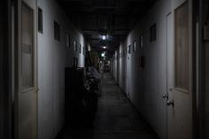 어두운 배경을 통해 무서움을 극대화하여 사진을 찍었다.