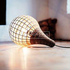 Een beetje licht in deze donkere dagen. De Teardrop van Massow Design is erg leuk als hanglamp maar ook super leuk om gewoon op een tafeltje neer te leggen. | Gewoonstijl