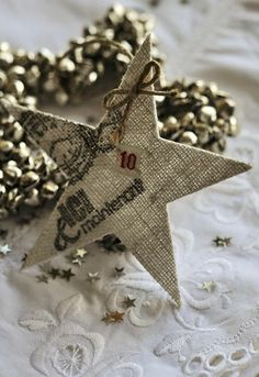 Will try to recreate this.  Blog is in another language.  Maybe use burlap and stamp on it.  Maybe fabric stiffner?  Will have to play around with it.  It will definitely be fun! :D