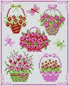 Paniers de fleurs roses.