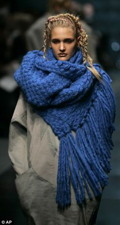 I♥the scarf....the stitching and of course the long luxurious fringe. From Topshop Unique Fall 2009 at London Fashion Week.