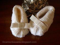BABY BOOTIES. PATUCOS BEBE. ( TUTORIAL) | Aprender manualidades es facilisimo.com Baby Knitting Patterns, Baby Hats Knitting, Knitting For Kids, Baby Patterns, Knit Baby Booties, Crochet Baby Shoes, Crochet Granny, Diy Crochet, Baby Bootees