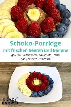 Schoko-Porridge mit frischen Beeren und Banane ist schnell gemacht, gesund und macht lange satt. Dabei sind Haferflocken sehr gesund für unser Darmsystem und gut verträglich. Mit pflanzlicher Milch ist dieser Porridge sogar für Veganer geeignet und wer gerne abnehmen möchte und an Lipödem leidet, der sollte sich öfter solch ein leckeres Frühstück gönnen, denn damit hat der Hunger auf Süßes, vor allem Schokolade, kaum noch eine Chance. #Porridge #Schokolade #abnehmen #Lipödem #fruchtig #einfach Fruit Salad, Waffles, Raspberry, Breakfast, Food, Drinks, Chef Recipes, Chocolate, Rolled Oats