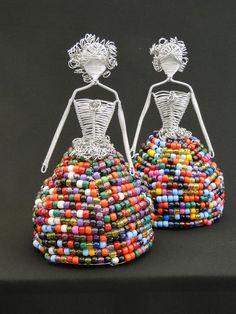 escultura feminina feita com arame de alumínio e contas plásticas