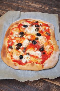 Pizza maison à la merveilleuse pate - Paris dans ma cuisine Vegetable Recipes, Vegetable Pizza, Salty Foods, Calzone, Bruschetta, Hamburger, Sandwiches, Good Food, Vegetarian