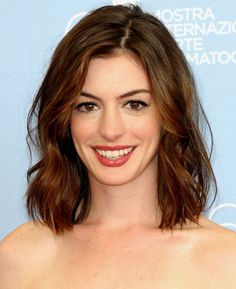 A soft, tousled wave provides delicate movement through Anne Hathaway's shoulder-length layers. Wavy Lob, Wavy Curls, Wavy Hair, Wavy Shoulder Length Hair, Lob Hair, Messy Curls, Medium Hair Cuts, Short Hair Cuts, Medium Hair Styles