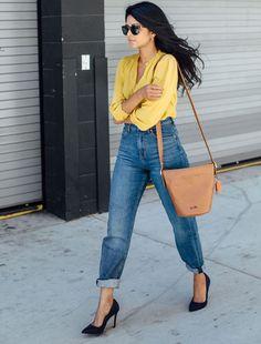 Look street style com calça jeans cintura alta com barra dobrada + camisa amarela + scarpin preto. Mode Outfits, Casual Outfits, Fashion Outfits, Jean Outfits, Men Casual, Mom Jeans Outfit, Black High Waisted Jeans Outfit, Black Pumps Outfit, Shirt Outfit