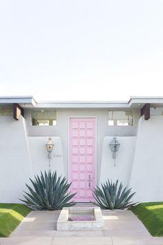 Moises Esquenazi& Pink Door in Palm Springs Palm Springs, Exterior Design, Interior And Exterior, Modern Interior, Nordic Interior, Modernisme, Front Door Design, Design Moderne, Better Homes And Gardens