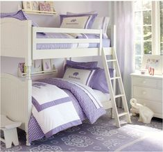 roupa de lavanda em camas de beliche brancos pbkids