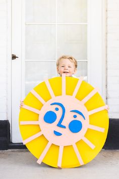 Creative Crafts 493144227951625478 - Earth Day: Recycled cardboard sun – The House That Lars Built Source by charlottesagory Sun Projects, Projects For Kids, Diy For Kids, Craft Projects, Crafts For Kids, Cardboard Crafts, Paper Crafts, Diy Crafts, Cardboard Boxes