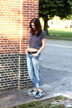Boyfriend jeans / cropped top.