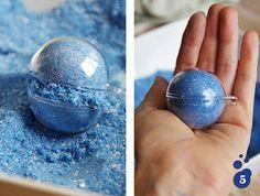 Double bath bombs paillettes façon Lush : enlever l'excédent de poudre et refermer le moule
