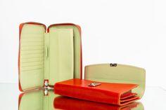 Erfrischendes Innenleben, wie das Blatt einer Mandarine!🍊 Erzähl uns von Deinem schönsten VOLKER LANG Moment! Zip Around Wallet, Moment, Design, Purse, Fashion, Nice Asses, Bag, Moda, Fashion Styles